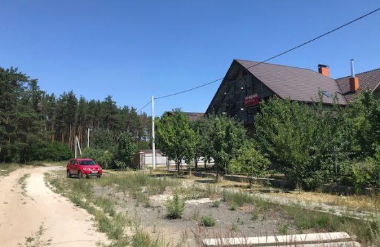 Земельна ділянка з недобудованим будинком